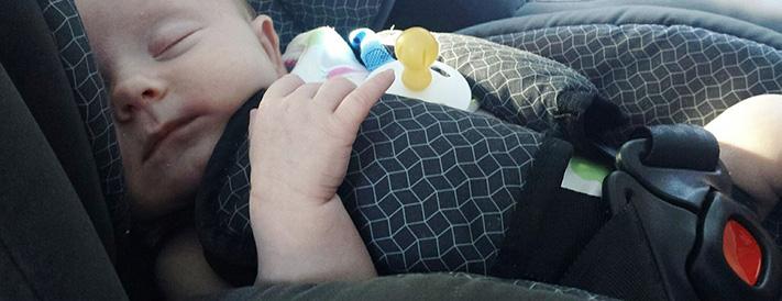 Baby schläft im Kindersitz