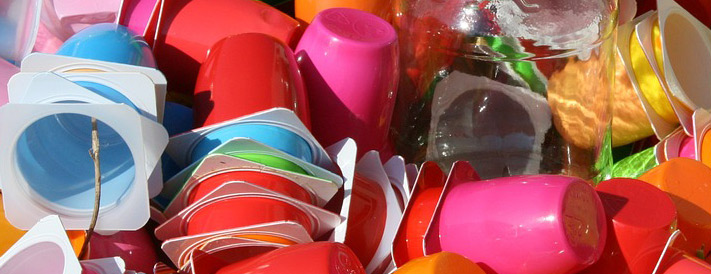 Mülleimer mit buntem Plastikmüll