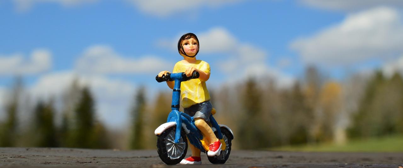Oft sind Spielsachen gut geeignet um den Kindern zu vermitteln, dass es wichtig ist einen Kinderfahrradhelm zu tragen.