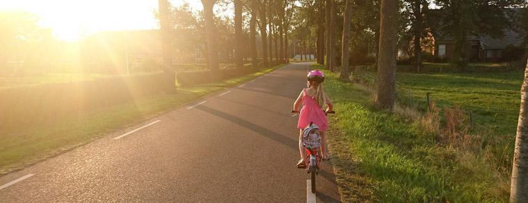 Eine Fahrradtour macht der ganzen Familie Spaß. Für Sicherheit sorgt ein guter Kinderfahrradhelm.