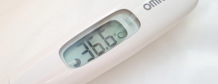 Der Fieberthermometer zeigt Normaltemperatur an
