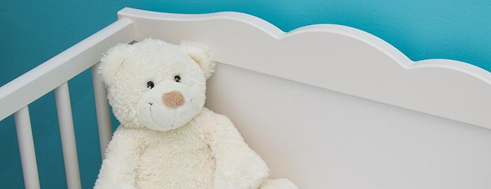 Teddys und andere Kuscheltiere haben im Babybett nichts verloren.