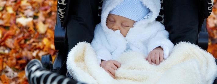 Neugeborenes Baby im Kinderwagen