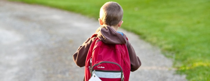 Schulkind mit rotem Rucksack