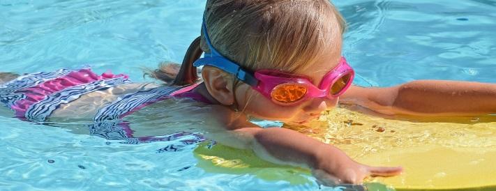 Nichtschwimmerin mit Schwimmbrett