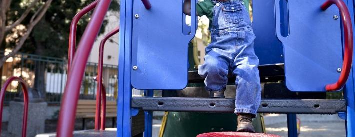 Junge auf dem Spielplatz