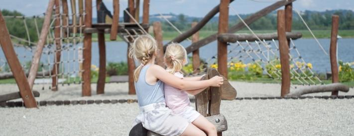 Zwei Mädchen auf einer Schaukel