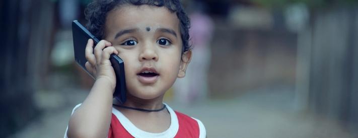 Kind telefoniert mit einem Smartphone