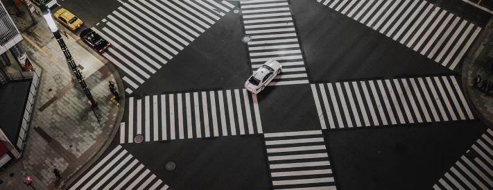 Große Kreuzung mit Zebrastreifen