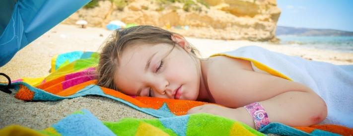 Mädchen sonnt sich am Strand