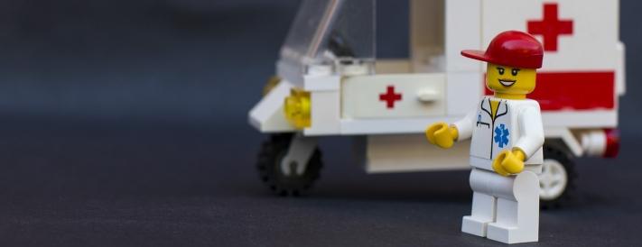 Notärztin vor Krankenwagen