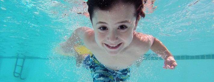 Junge taucht im Wasser