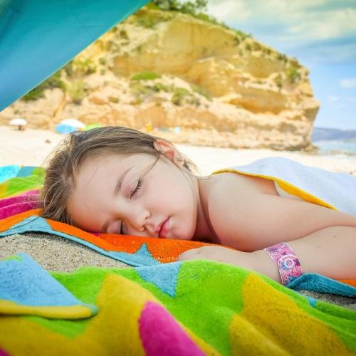 Sonnenstich bei Kindern: Was hilft bei einem Sonnenstich?