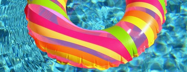 Ein bunter Schwimmreifen