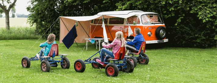 Spielende Kinder vor einem Campingbus